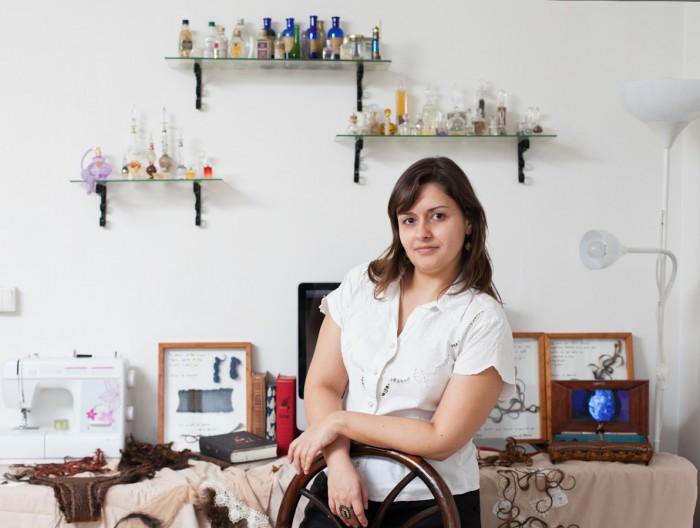 Dani em sua apartamento, que é onde ela trabalha. Ao fundo, suas obras.