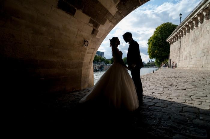 Noivos sob Ponte em Paris, fotografados por Ana Rita