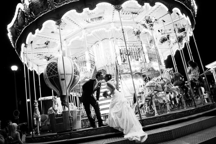Noivos no carrossel, em Paris, fotografados por Ana Rita Rodrigues.