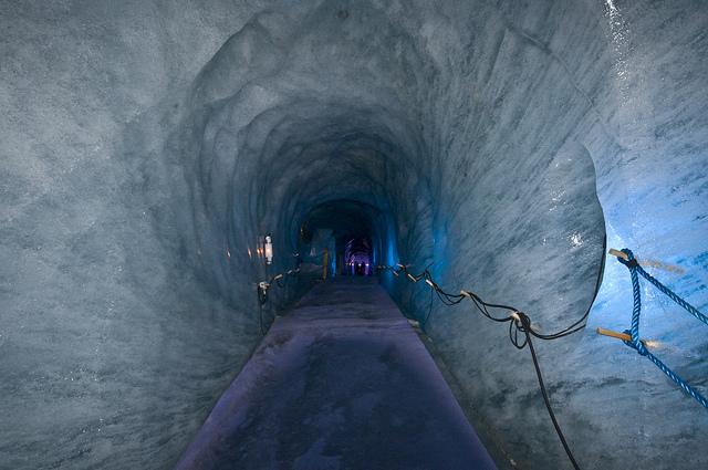 Gruta de gelo dentro do glaciar.