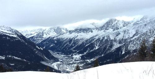 O Vale de Chamonix. A cidade, embaixo do vale, é cercada pela cadeias montanhosas