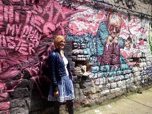 Fernanda Hinke durante nosso Circuito Street Art de Paris