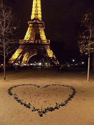 Torre Eiffel e coração de rosas