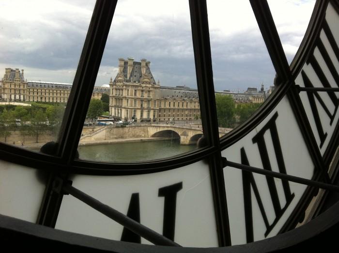 O Museu do Louvre e o Sena, vistos do café dos irmãos Campanha que fica dentro do Musée d'Orsay