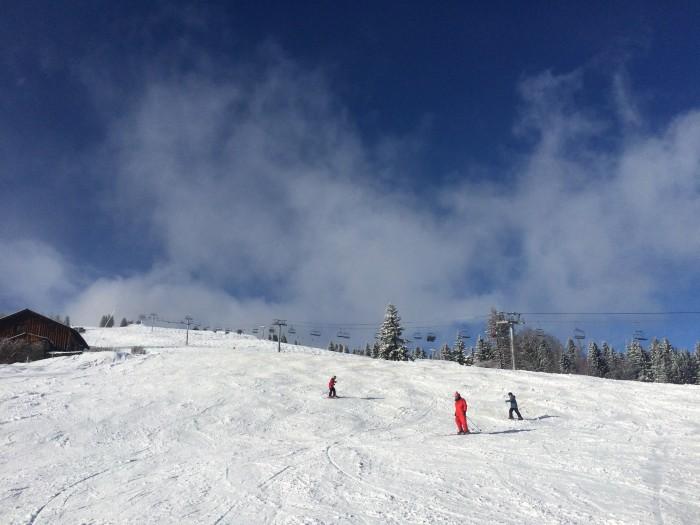 Professor de ski e seus alunos