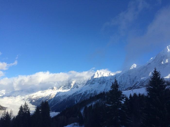 Do alto das pistas, vê-se a cadeia de montanhas do Mont Blanc