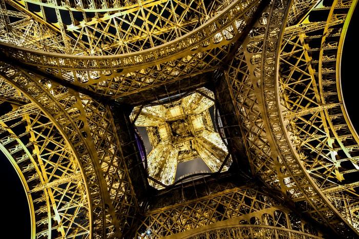 A Torre Eiffel, vista de baixo