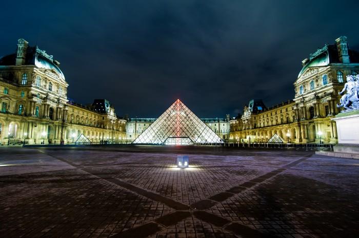 À noite, os monumentos em Paris estão vazios, o que os torna ainda mais bonitos.