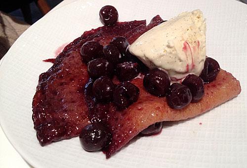 Crepes com cerejas em calda e sorvete de baunilha