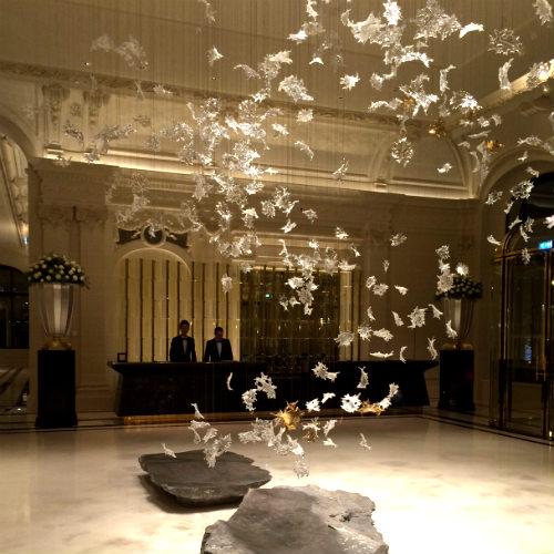 O lustre-instalação Lasvit, no lobby do Hotel Peninsula em Paris