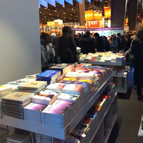A mesa dedicada às vendas dos livros do Paulo Coelho
