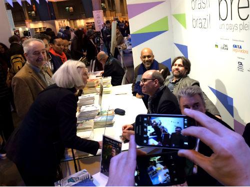 Mesa de autógrafos no stand do Brasil no Salão do Livro de Paris