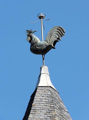 Galo, no alto das torres das igrejas