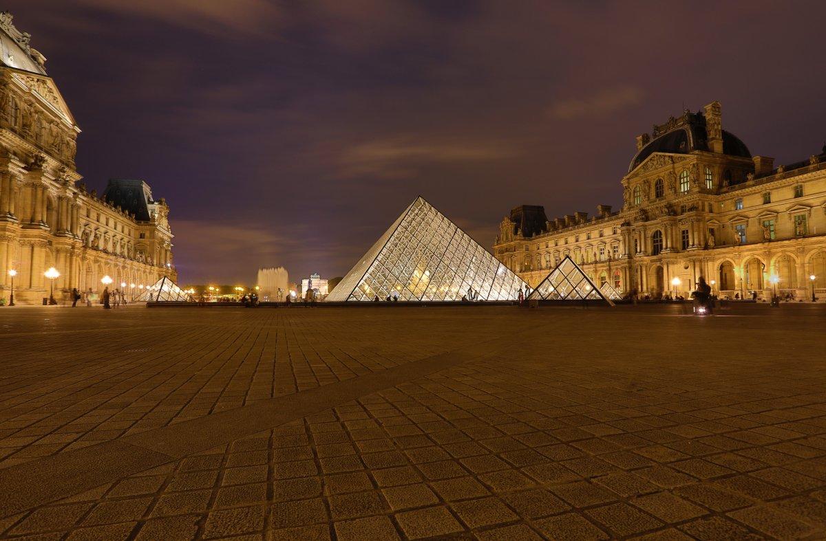 O Museu do Louvre e sua pirâmide.