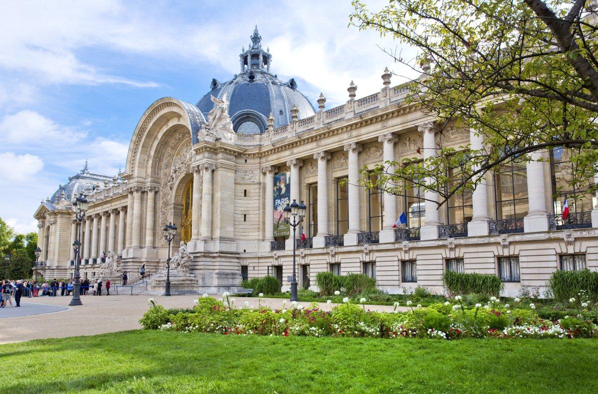 A fachada do lindo Petit Palais, o museu de Belas Artes de Paris.