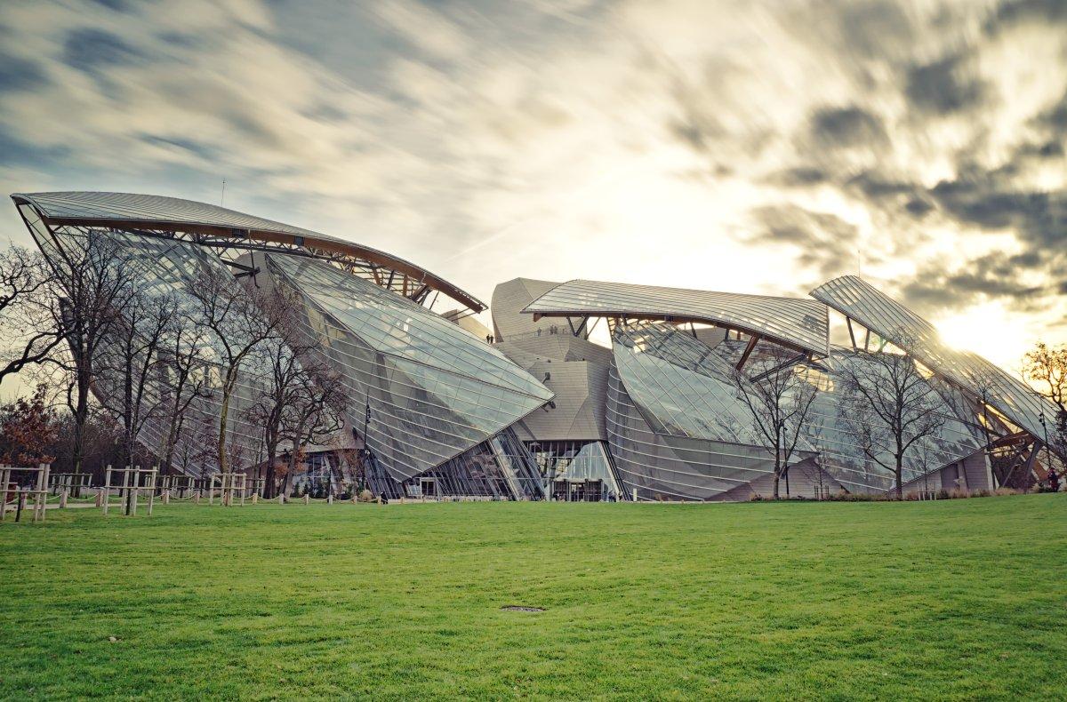 O lindíssimo prédio da Fundação Louis Vuitton, em Paris.