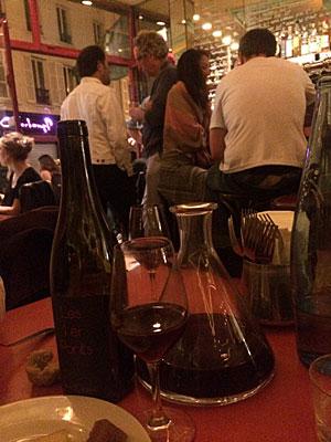 Até num bar de vinhos simples a decantação pode ser feita. Bar aux Deux Amis, jovem e com ótima carta de vinhos naturais na rue Oberkampf