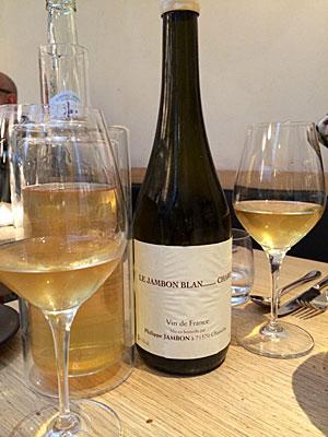 Vinho branco decantado e colocado num suporte para conservar a temperatura.Restaurant Saturne, excelente carta de vinhos naturais