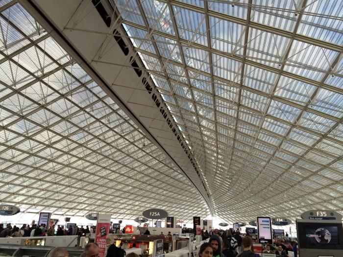 Tanto à bordo quanto no aeroporto Charles de Gaulle, a Air France tem funcionários fluentes no português do Brasil.