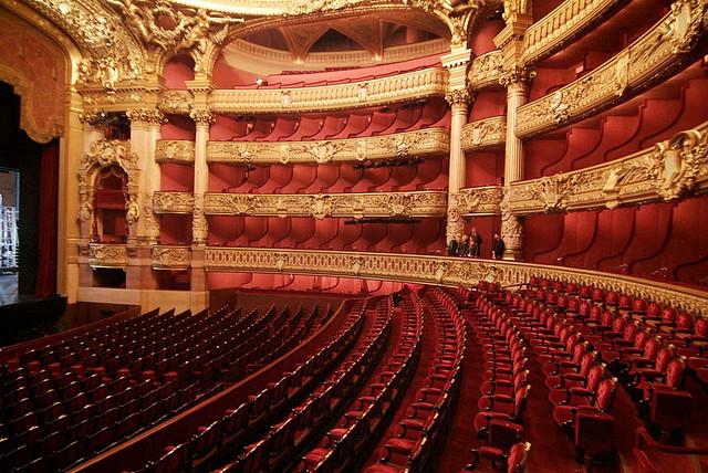 A grande sala de espetáculos da Ópera Garnier, em Paris.