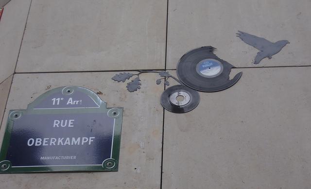 Placa da Rue Oberkampf com o famoso Black Bird do street artist Tesa.