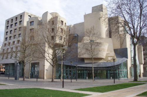 O prédio da Cinematèque Française projetado pelo arquiteto Frank Ghery (foto: Ewan Munro no Flickr)