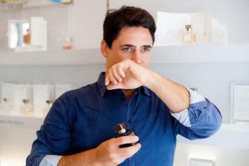 O perfumista Daniel Pescio, durante o roteiro pelas perfumarias de nicho parisienses