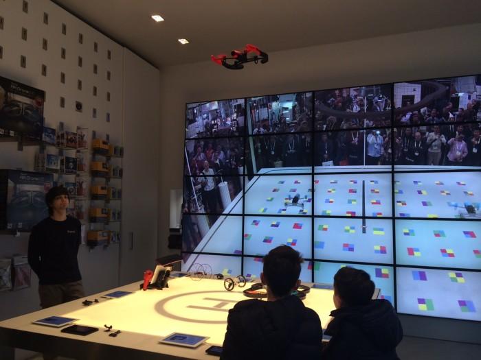 Atendente da loja faz uma demonstração de voo de um dos drones de lazer da marca Parrot.