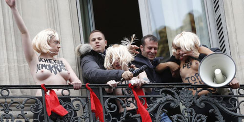 As Femen sendo evacuadas. Créditos Thomas Samson AFP