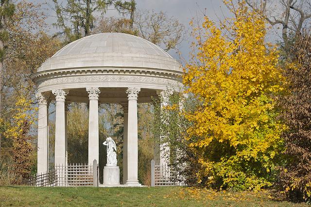 No jardim à inglesa, no Domínio de Maria Antonieta, encontramos surpresas como o Templo do Amor.