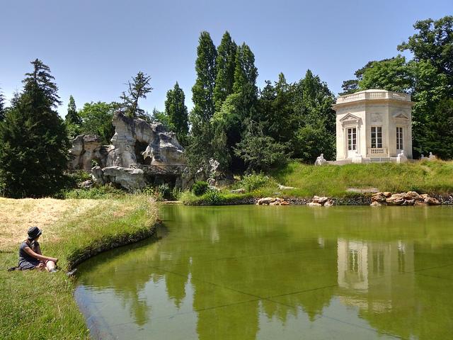 Ou o Belvedere e a gruta, com uma pequena cascata, refúgio da rainha.