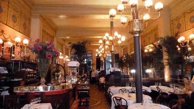 O interior da brasserie Le Grand Colbert faz parte do patrimônio histórico francês.
