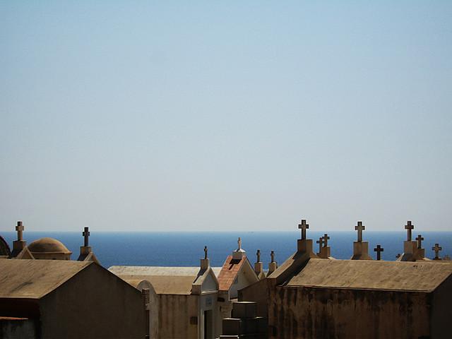 O cemitério de Bonifácio, na Córsega, com vista para o mar.