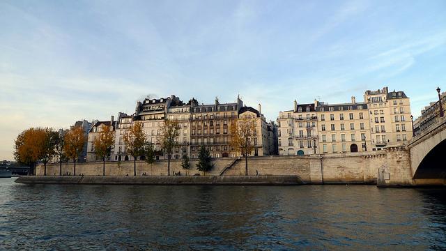 Quando estiver fazendo o passeio de barco, repare nos incríveis apartamentos ao longo do passeio.