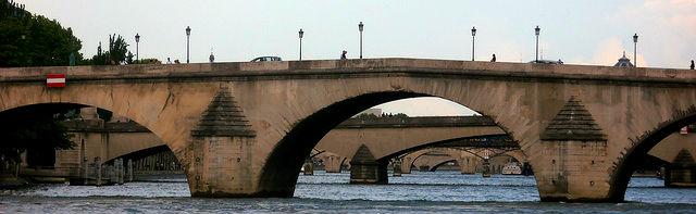 Do barco, é possível ver as sucessivas pontes de Paris em perspectiva.