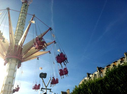 Durante os meses de verão, um grande parque de diversão se instala no Jardin de Tuileries