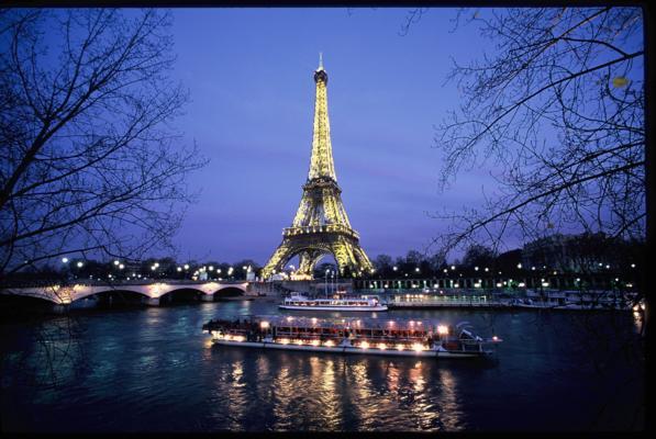 Os barcos perto do ponto de embarque em frente à Torre Eiffel. Foto de P. Hamon.