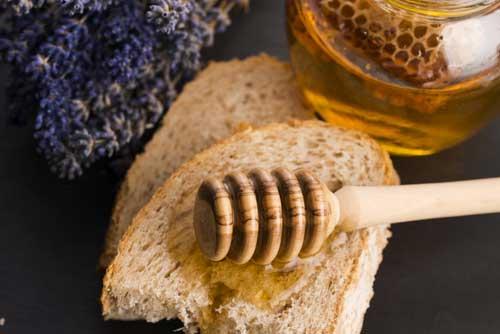 Mel de lavanda. joannawnuk's no Shutterstock