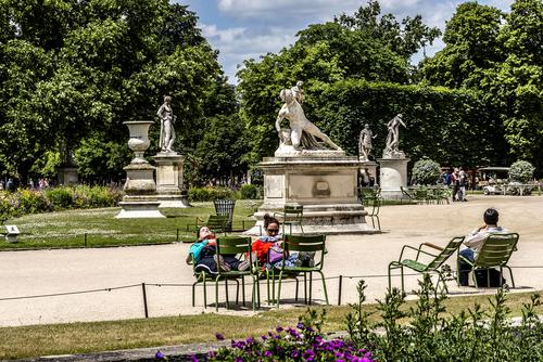 O Tuileries separa o Louvre da Place de la Concorde e é o mais bonito jardim de Paris.