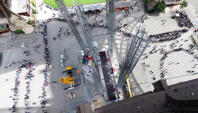 A famosa e gigantesca fila para subir na Torre Eiffel.
