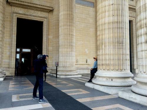 Turistas do mundo inteiro posam para fotos nas colunas do Panthéon