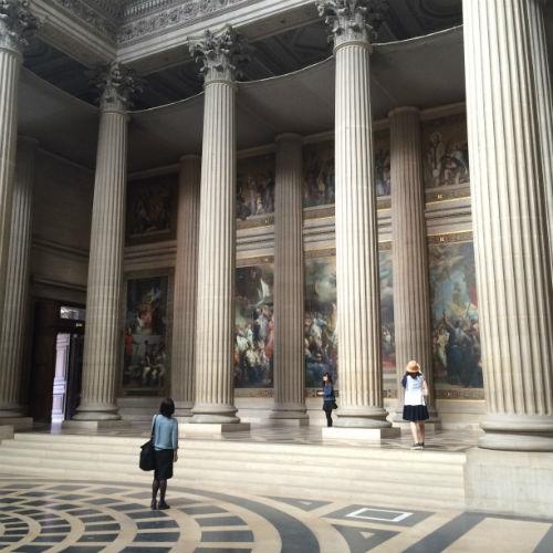 Os enormes painéis de pintura nas paredes do Panthéon narram a vida da Santa Geneviève