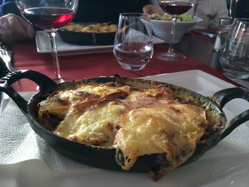 Tartiflette, prato típico da região com batatas, cebolas e queijo Reblochon derretido.