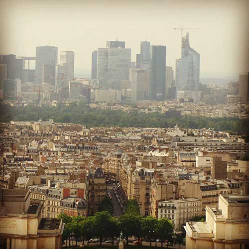 Paris no primeiro plano e no fundo La Defense
