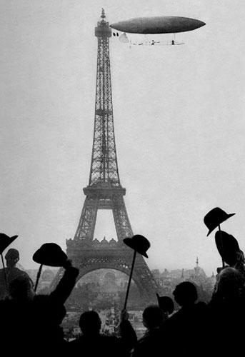 Santos Dumont contorna a Torre Eiffel