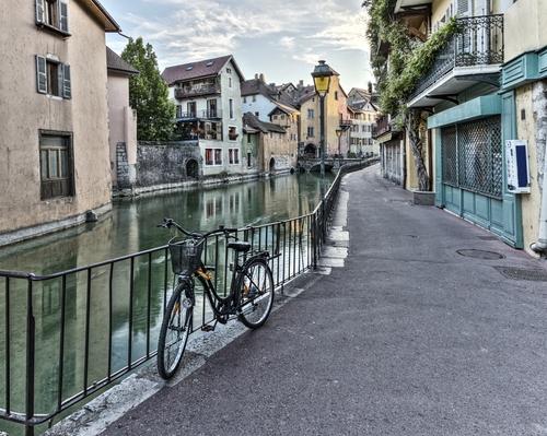 Passeie pelas ruelas estreitas para pedestres ao longo dos canais e passagens secretas entre os prédios (traboules).