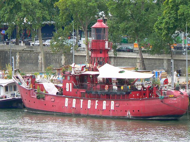 O Batofar, clássico da noite parisiense, fica ancorado no 11 Quai François Mauriac, 75013.