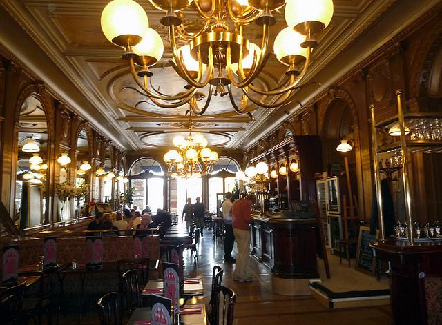 O interior do Café de la Paix.