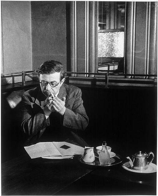 Sartre no Café de Flore, em Paris. Foto de Brassai.