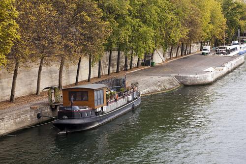 Uma peniche-casa atracada no Sena, em Paris.
